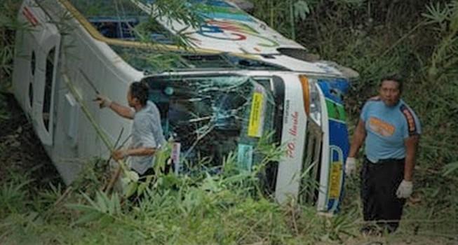 bus wisatawan kecelakaan