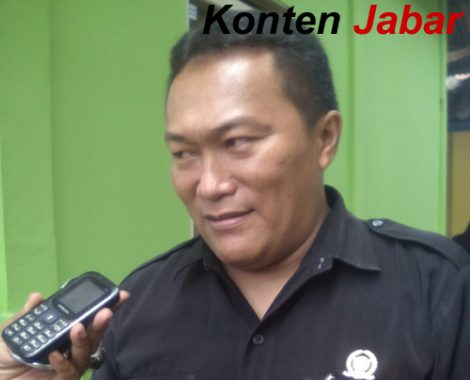 Omay, wakili Ketua 3 Biro Seni Kabupaten Tasikmalaya, saat memberikan keterangan