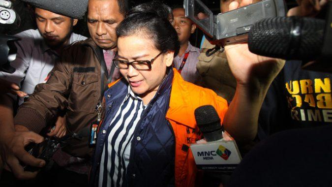 Tersangka kasus dugaan memberikan keterangan palsu dalam persidangan KTP-Elektronik Miryam S Haryani menggunakan rompi tahanan KPK dikawal petugas ketika keluar dari Gedung Merah Putih, KPK, Jakarta,