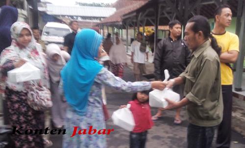 Setiap Hari Jumat Komunitas Sedekah Nasi Di RSU Dr Soekarjo Bagikan Nasi