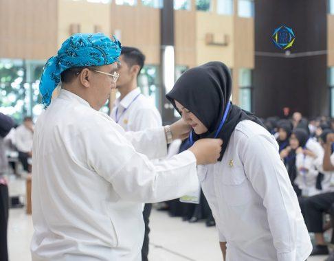 Walikota Tasikmalaya Drs. H. Budi Budiman secara simbolis memberikan tanda nama peserta orientasi CPNS tahun 2019