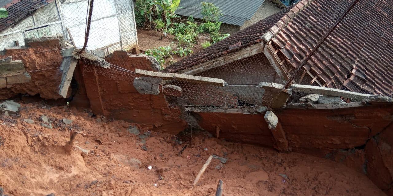 Tampak rumah penduduk yang terdampak bencana longsor. Foto : Fajar Aditya