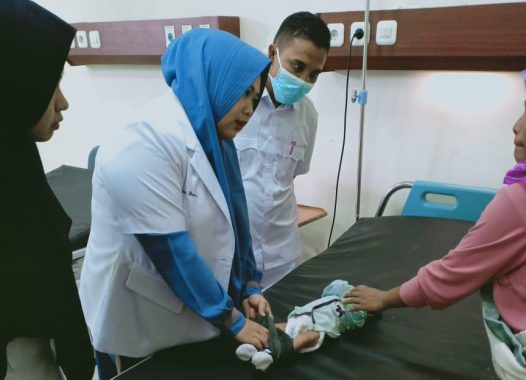 Para medis menangani salah satu bayi usia 2,5 bulan yang menderita gizi buruk saat berada di IGD RSUD Dr. Zubir Mahmud Aceh Timur di Idi Rayeuk, Rabu (8/5/2019). Foto: Istimewa.