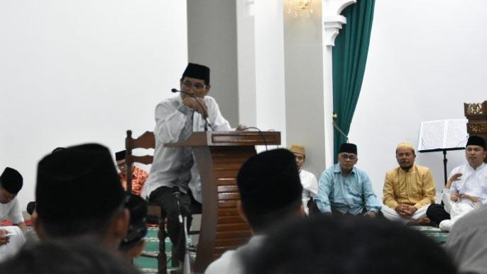 Wakil Walikota Tasikmalaya, Drs. H. Muhammad Yusuf, saat melintarkan sambutannya di podium acara Safari Ramadhan
