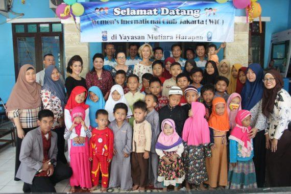 Poto anggota women's internasiol club (WIC), bersama anak-anak yayasan