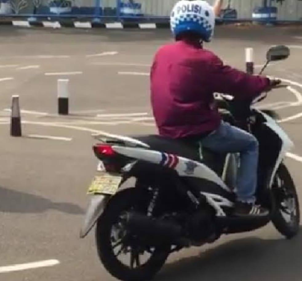 Seorang laki-laki memakai kendaraan R2 fasilitas Polri, saat melakukan Praktek Uji penggunaan kendaraan.
