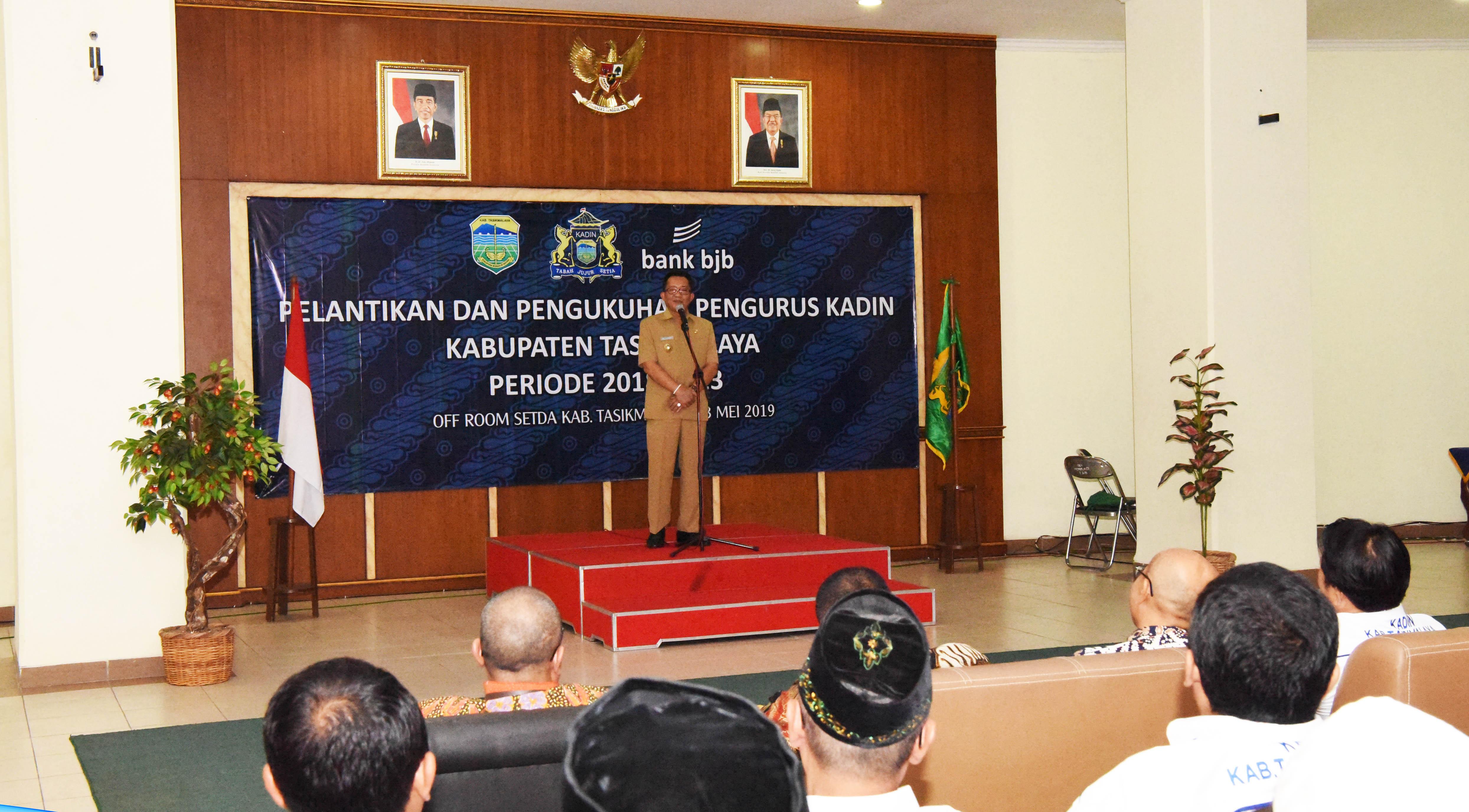 Bupatei Tasikmalaya H. Ade Sugianto, saat memberikan sambutan pada acara pengukuhan pengurus Kadin Kabupaten Tasikmalaya, senin,