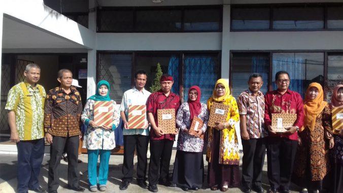 Beberapa Guru, Kepala Sekolah, dan Pengawas Berprestasi Mendapatkan Penghargaan Dari KADIS Pendidikan Kota Tasikmalaya