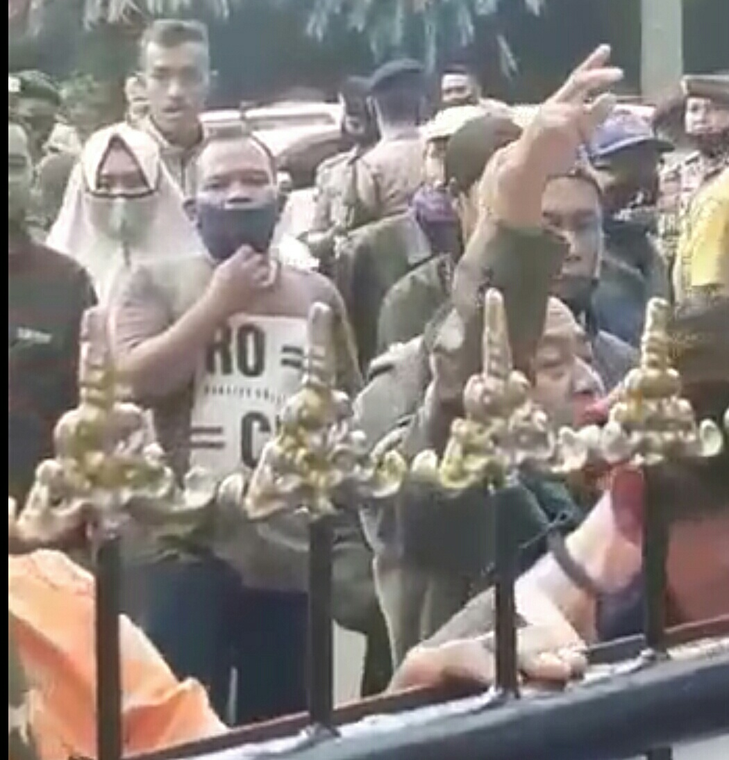 Sejumlah massa saat berujuk rasa memprotes terjadinya penundaan Pilkades Serentak Kabupaten Ciamis, Jawa Barat (Jabar), di depan gerbang salah satu kantor Pemerintah Kabupaten Ciamis. Foto : Scren Shoot Video terkait